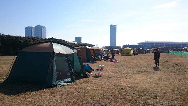 芝生にテント